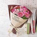 ナチュラルな色合いのラッピングに「HAPPY BIRTHDAY」のメッセージとバラのイラストをデザインしました。大切な方への「おめでとう」の気持ちをブーケに込めて贈ってみませんか。可愛らしいピンクのお花達が、お誕生日を華やかに彩ります。