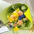 ●花束「セレッサ」  桜貝のようにころんと丸い花びらのものや、密に重なる花の中心がピンク色に染まるものなど。3種類のかわいらしいスプレーバラをぎゅっと束ねました。  価格 5,250円 (税込)    送料  525円