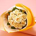 ●花束「香りのブーケ・バラ(アリアンナ)」  【バラ特集】 やさしい色合いが人気の「アリアンナ」は、とくに芳香が高い品種です。胸いっぱいに、甘い香りを吸い込んで。  価格 7350円 (税込)     送料  525円